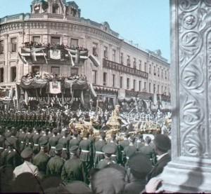 цветное фото 1896 года-Москва Коронационная процессия у отеля